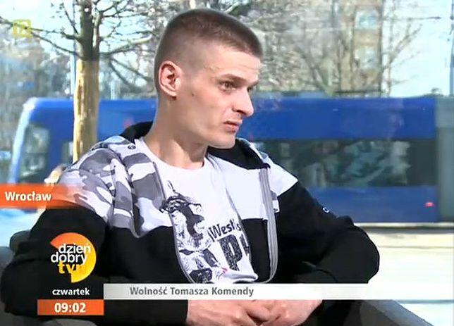 Tomasz Komenda udziela wywiadu, pada pytanie o marzenia. Chwila przerwy, a potem: o rodzinie