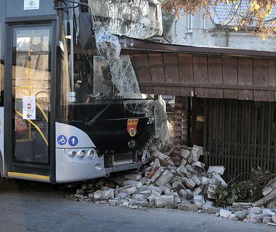 Wypadek autobusu w Pruszkowie. Pojazd wbił się w ogrodzenie