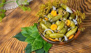 Ogórki do słoików na zimę w zalewie curry. Jak je zrobić?