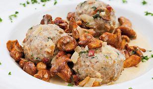 Chlebowe knedle z sosem kurkowym