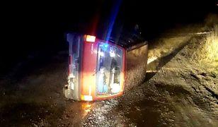 14-letni kierowca Tico uciekał przed policjantami. Przewrócił samochód