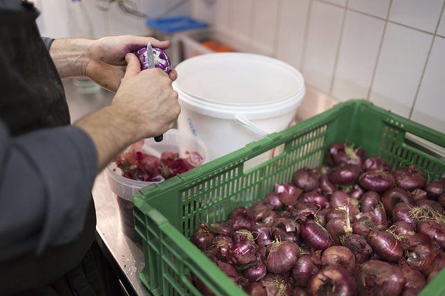 Głodowe pensje i zastraszanie. Z niewolniczej pracy obcokrajowców korzystały bardzo znane restauracje w Warszawie