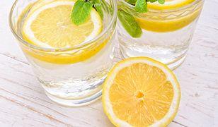 Nie tylko woda z cytryną. Najlepsze napoje o poranku