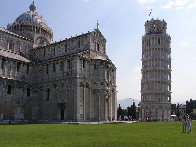 Widok na Pole Cudów z Krzywą Wieżą w Pizie