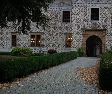 Pałac Doudleby nad Orlicą zdobią freski zarówno na fasadzie zewnętrznej, jak i na wewnętrznym dziedzińcu, a nawet na siedmiometrowych kominach
