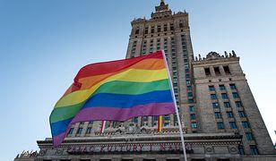 Warszawa. Aktywista LGBT pobity przed domem. Trzymał partnera za rękę