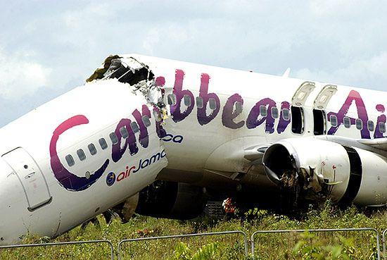 Horror na lotnisku, samolot przełamał się na pół - zdjęcia