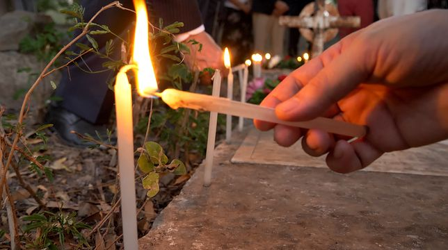 Świecie zapłonęły na grobach dwóch polskich chłopców, którzy zmarli w Indiach