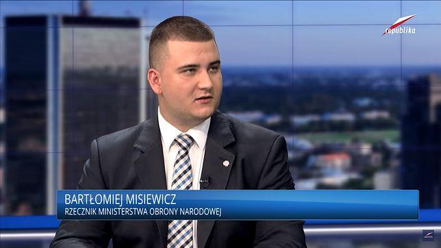 Bartłomiej Misiewicz (jeszcze jako rzecznik MON) w TV Republika.