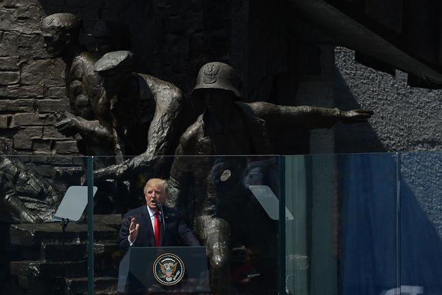 Donald Trump na tle Pomnika Powstania Warszawskiego w Warszawie