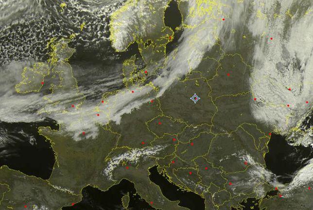 Wał chmur nacierający nad Polskę to dopiero początek aktywności niżu. Wraca śnieg i nocne mrozy