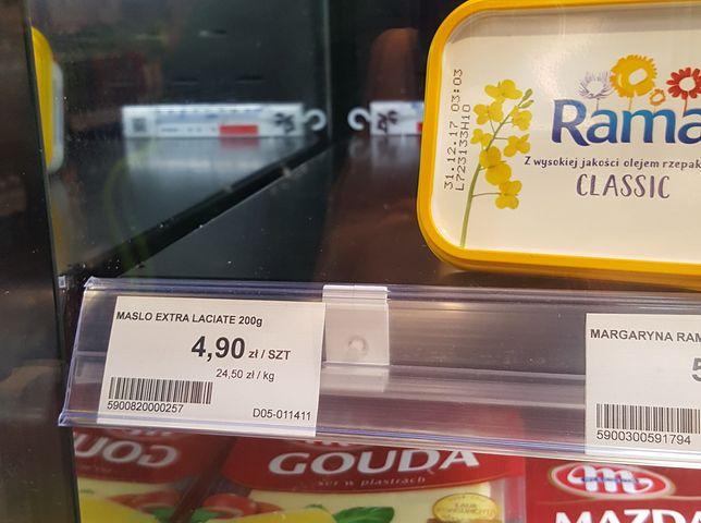 Cena masła w sklepach na stacjach Orlen. Nie dziwne, że wszystko co pojawi się na tej półce błyskawicznie wykupują klienci.