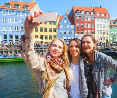 Młodzi Polacy chętnie podróżują, ale nie wyobrażają sobie wakacji bez smartfona