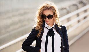 Do białej, koszulowej bluzki łatwo dopasować niemal dowolne dodatki