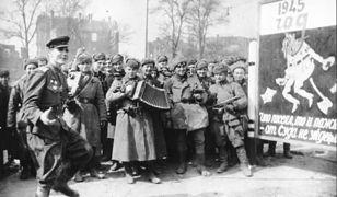 Czerwonoarmiści świętujący na ulicach Berlina koniec wojny
