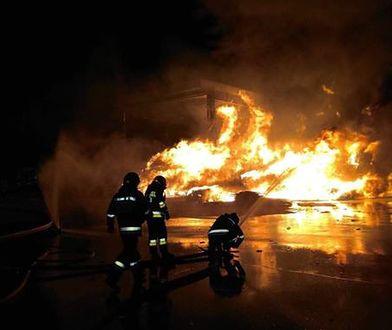 Na ulicy Zawodzie w Warszawie doszło do dużego pożaru w sortowni śmieci