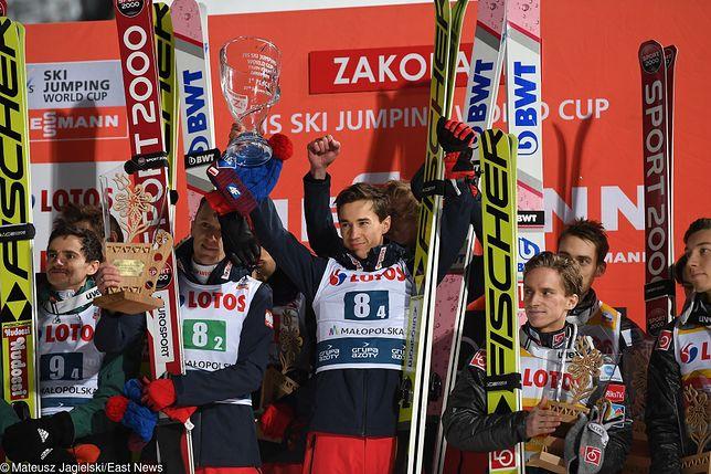 Skoki narciarskie w Zakopanem 2019. Gdzie obejrzeć transmisję z Pucharu Świata? Na zdjęciu dekoracja po konkursie drużynowym w Zakopanem w 2018 r.