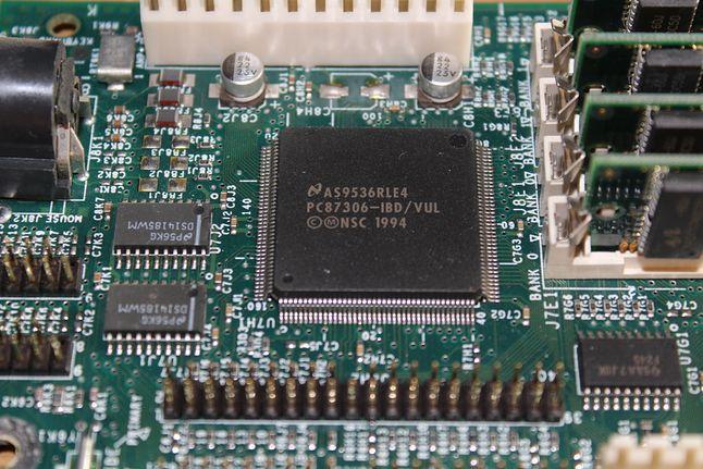Czasy się zmieniły. Niegdyś układy na płycie głównej stosowały niższą integrację i nie wymagały aktualizacji mikrokodu (fot. Kamil Dudek)