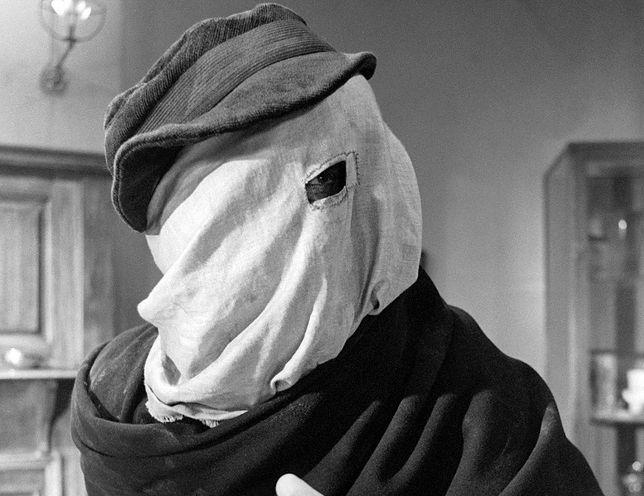 """Kadr z filmu """"Człowiek słoń"""" z 1980 r. w reżyserii Davida Lyncha. W tytułową rolę wcielił się John Hurt"""