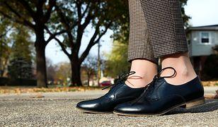 Skórzane półbuty będą pasować np. do modnych, krótszych spodni w drobną karatkę