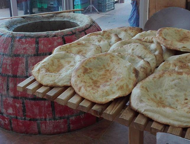 Tradycyjne wypieki prosto z pieca tondir to pyszna konkurencja dla pszennego chleba na drożdżach.