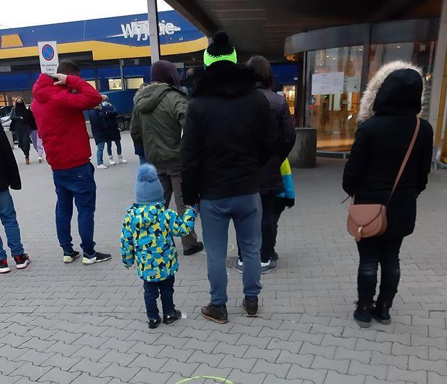 Czytelniczka przysłała nam zdjęcia kolejki przed Ikeą w podwarszawskich Jankach.