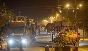 Kolumna tureckich wozów bojowych na granicy z Syrią