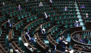 """Koronawirus w Polsce. Sejm obraduje nad projektem """"tarczy antykryzysowej""""."""