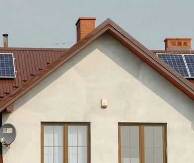 Najczęściej w standardowych domach jednorodzinnych ogrzewanych kotłem grzewczym i bez klimatyzacji, zastosowanie znajdują instalacje PV o mocy od 2 do 4 kWp. Instalacja 3 kWp składa się przeważnie z 12 paneli PV i wymaga około 20 mkw. wolnej powierzchni na dachu.