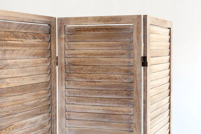 Jednym z najczęściej wybieranych parawanów jest model drewniany z zachodzących na siebie deseczek