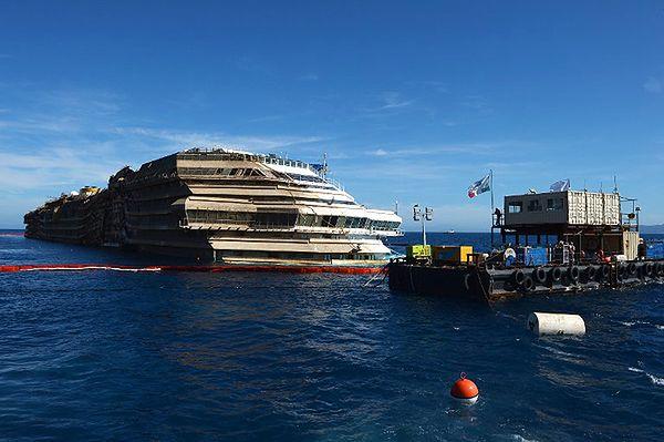 Wrak Costa Concordii po podniesieniu z dna morza