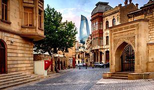 Stare Miasto Iczeri-Szeher z Flame Towers w tle