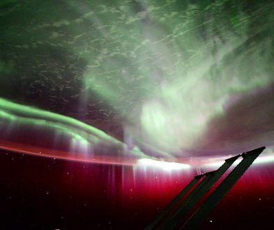 Zorze polarne powstają, gdy wiatr słoneczny, czyli strumień naładowanych cząsteczek wpada w ziemską atmosferę. Na zdjęciu zjawisko obserwowane z Międzynarodowej Stacji Kosmicznej