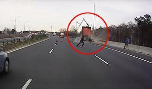 Znajdujące się na pace busa osoby w ostatniej chwili odskoczyły na bok