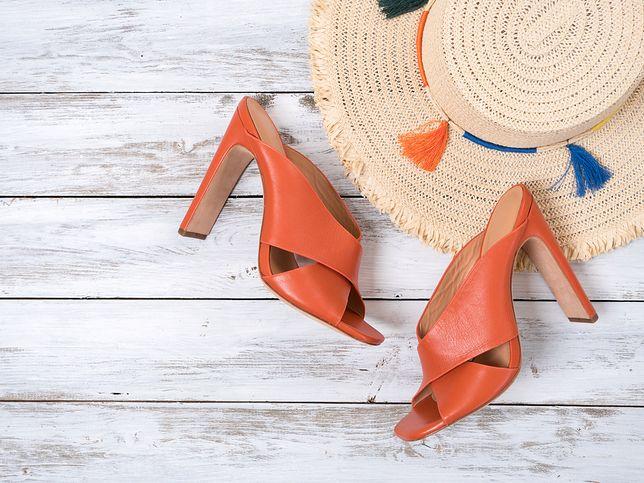 Klapki na słupku mogą być zamiennikiem sandałów na wysokim obcasie