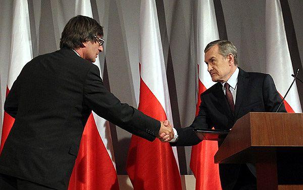 Profesor Piotr Gliński wita się podczas konferencji z Krzysztofem Skowrońskim, szefem SDP