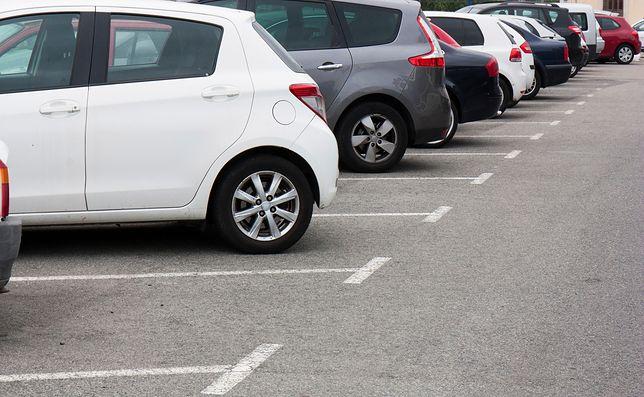 Za tydzień parkowania przy lotnisku Chopina w Warszawie trzeba zapłacić aż 250 zł.