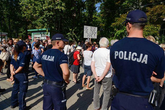 Przed budynkiem KRS, gdzie przesłuchiwano sędziów, zgromadziła się kilkudziesięcioosobowa grupa osób, które przyszły by ich wesprzeć