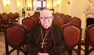 Kardynał Henryk Gulbinowicz pochowany. Na grobie wieniec bez nazwiska
