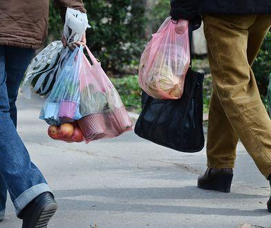 Z badania wynika, że niektórzy są gotowi płacić za foliówki nawet ponad 1,5 zł