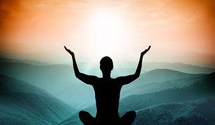 Medytuje się po to, by nauczyć się obserwować, a przestać oceniać. Gdy wchodzimy w stan głębokiej medytacji, umysł się wyostrza i zaczyna rejestrować coraz subtelniejsze doznania.