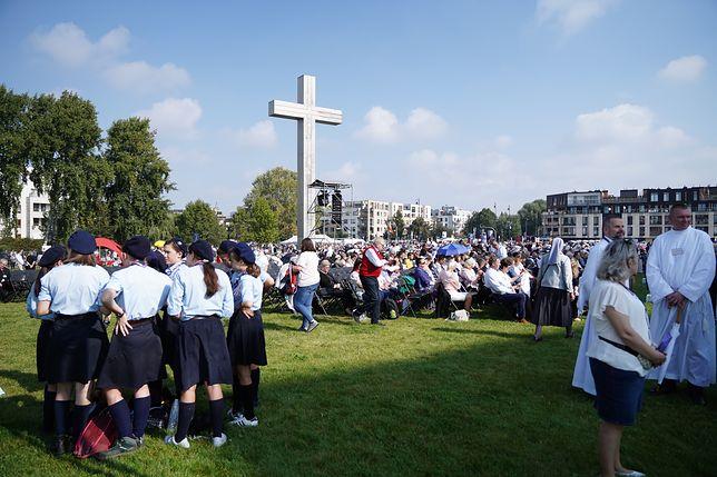 Warszawa. Wierni przed Świątynią Opatrzności Bożej
