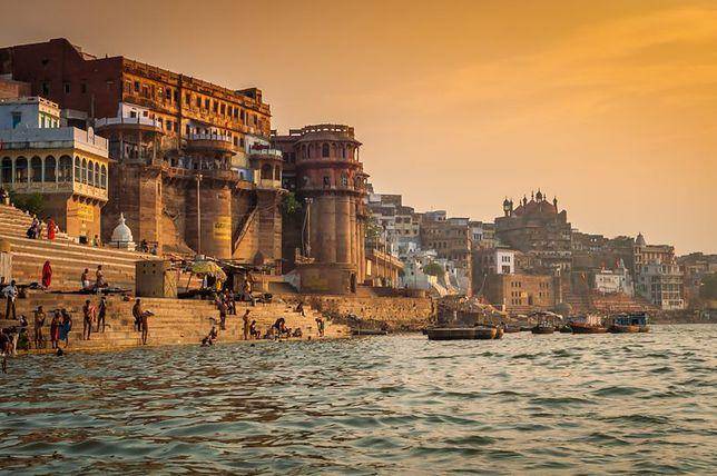 Przeżyć Indie - tu obok płonących zwłok toczy się codzienne życie