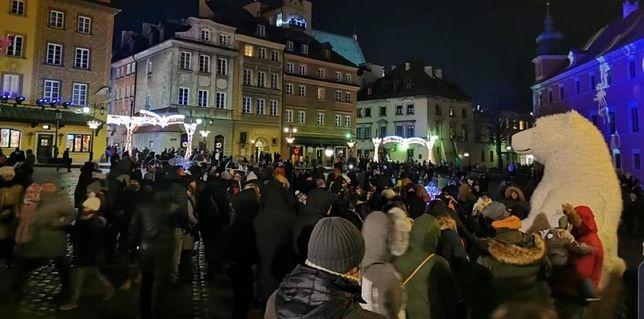 Plac Zamkowy w Warszawie cieszył się w ciągu weekendu olbrzymim zainteresowaniem (ZRÓDŁO: Facebook/FilipChajzer)