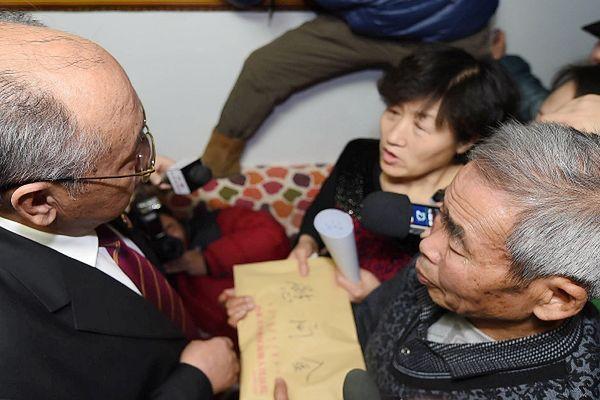 Szef sądu przekazuje list z przeprosinami na ręce rodziców Huugjilta