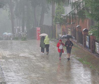 Pogoda. IMGW ostrzega przed intensywnymi opadami deszczu (zdjęcie ilustracyjne)