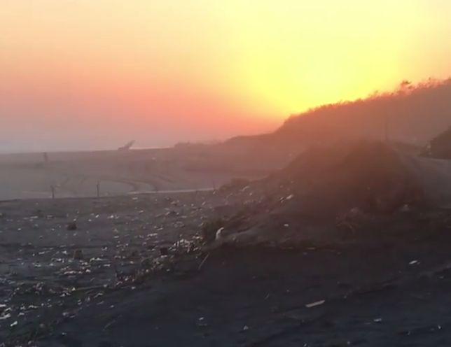 Jedna z najpiękniejszych wulkanicznych plaż tonie w śmieciach