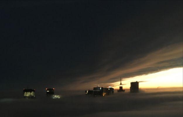 Warszawa spowita we mgle. Niesamowite ujęcie z najwyższego biurowca w stolicy