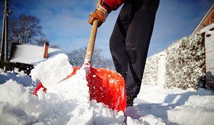 Koniec obowiązku sprzątania na chodniku przed swoim domem? Pytanie, kto za to zapłaci