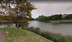 Odnaleziono ciało mężczyzny przy jeziorku w Parku Szczęśliwickim.